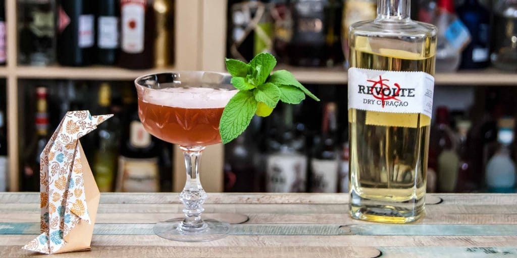 Revolte Dry Curaçao in einem Pengu Club Cocktail - unserem Tiki-eigentlich-schon-nicht-mehr-Twist auf den Pegu Club.