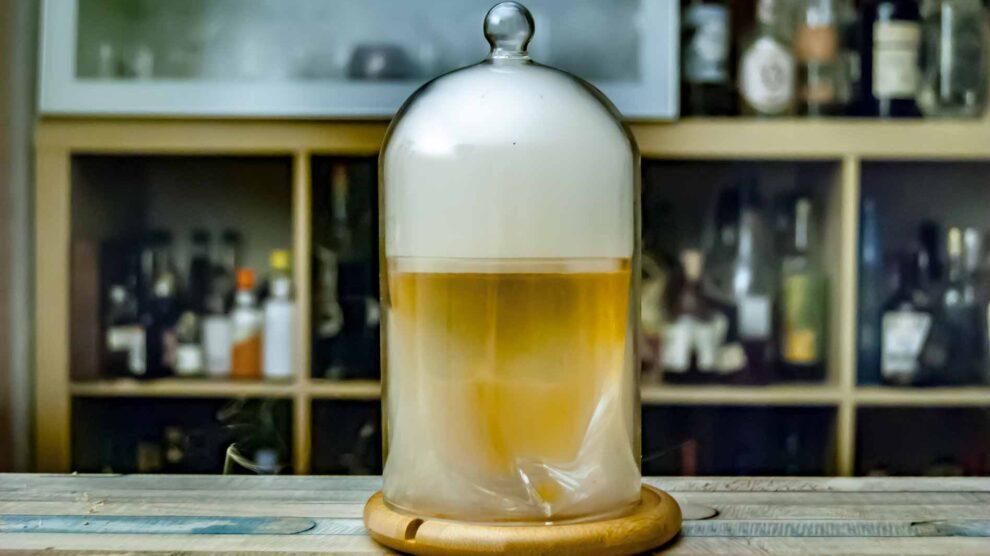 Ein geräucherter Whiskey Sour unter der Kuppel.