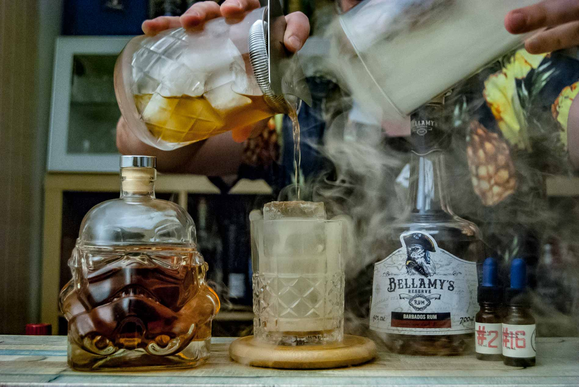 Vor allem Old Fashioned-Varianten, hier ein Rum Old Fashioned mit Bellamy's Reserve Rum, eignen sich für's Smoken.