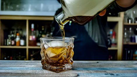Ein Old Fashioned Cocktail, geräuchert in der Flasche.