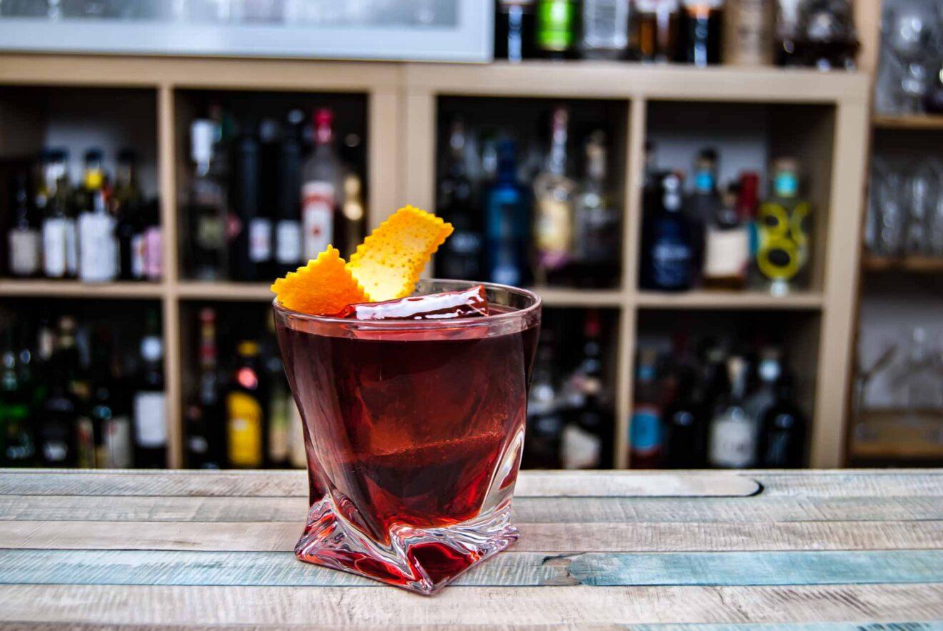 Ein klassischer Negroni Cocktail aus Gin, Wermut, Campari.