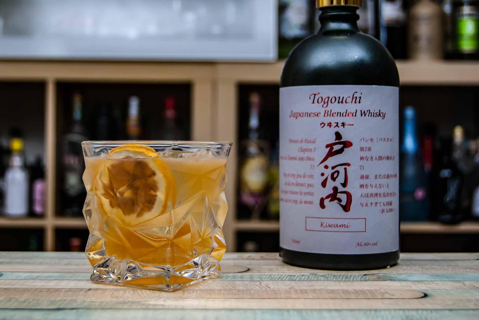 Togouchi Whiskey in einem Sour Cocktail mit Bitters.