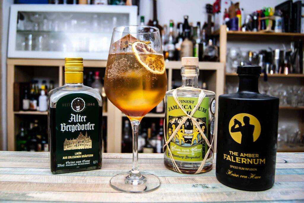 von Have Alter Bergedorfer in einem Bergedorfer Moai mit Falernum, Jamaica-Rum, Weißwein und Soda.