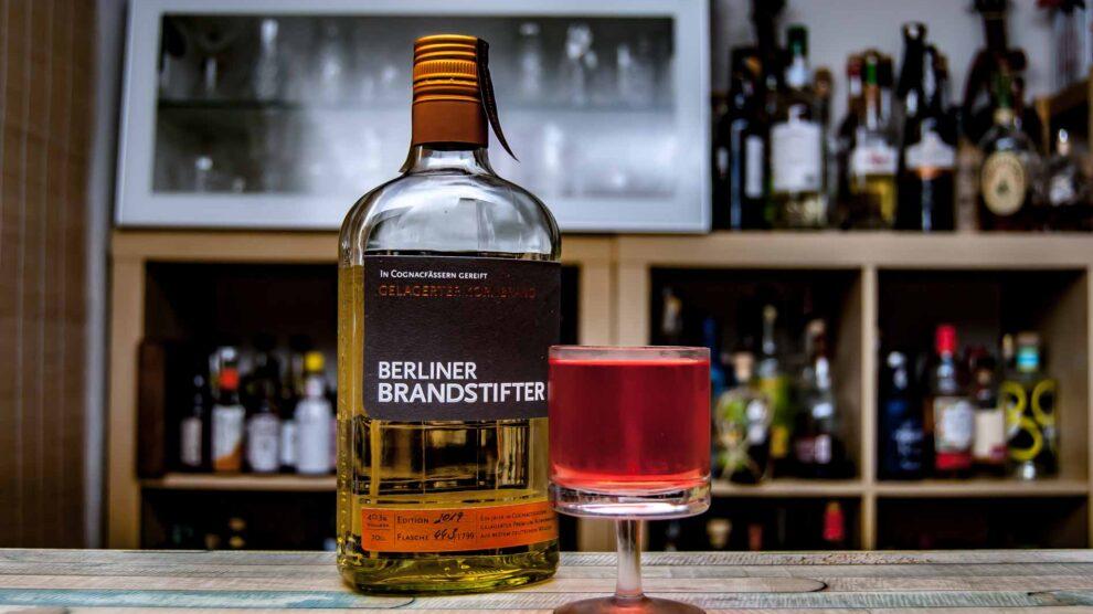 Berliner Brandstifter Gelagerter Kornbrand im Mister Lang Cocktail.