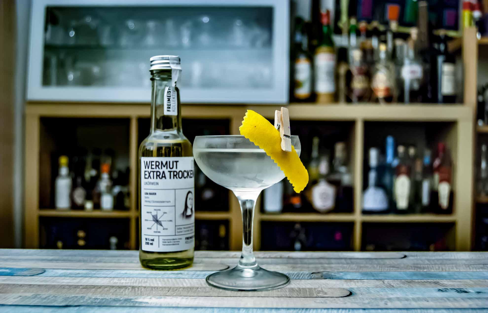 Ein Martini mit Freimeisterkollektiv Wermut Extra Trocken by Lisa Bauer - wie dafür gemacht. Wermut Extra Trocken by Lisa Bauer - vielleicht einer der spannendsten Gibsons, die wir je hatten.