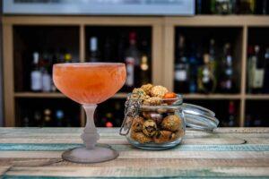 Der Japanese Cocktail trägt nicht den Hauch von Japan in sich - ein paar Asia Snacks schaden trotzdem nicht.