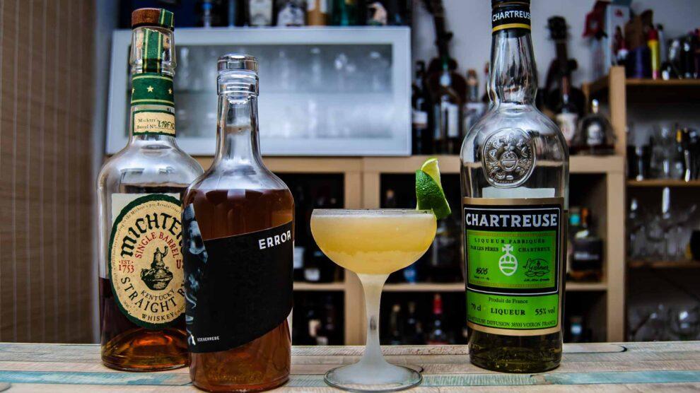 Kernstein Error Siegerrebe in einem Last Sieger mit Rye Whiskey, Chartreuse und Limette.