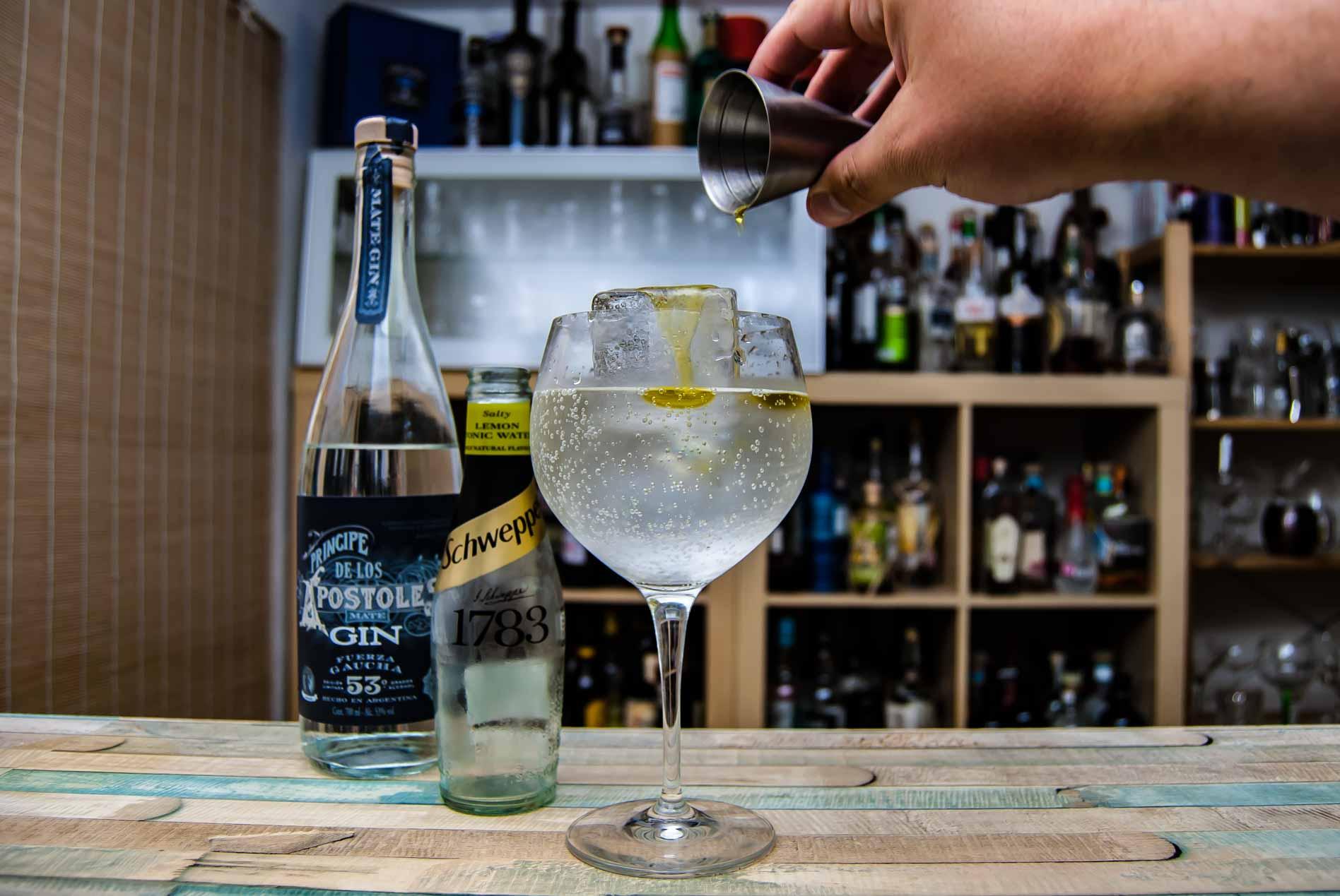 Príncipe de los Apóstoles Gin Fuerza Gaucha in einem Gin Tonic mit Schweppes Salty lemon und Olivenöl.