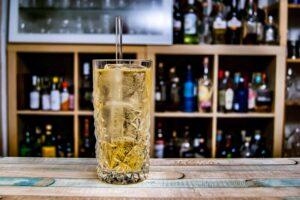 Ein Whisky Highball aus nichts anderem als kaltem Wasser und Whisky.