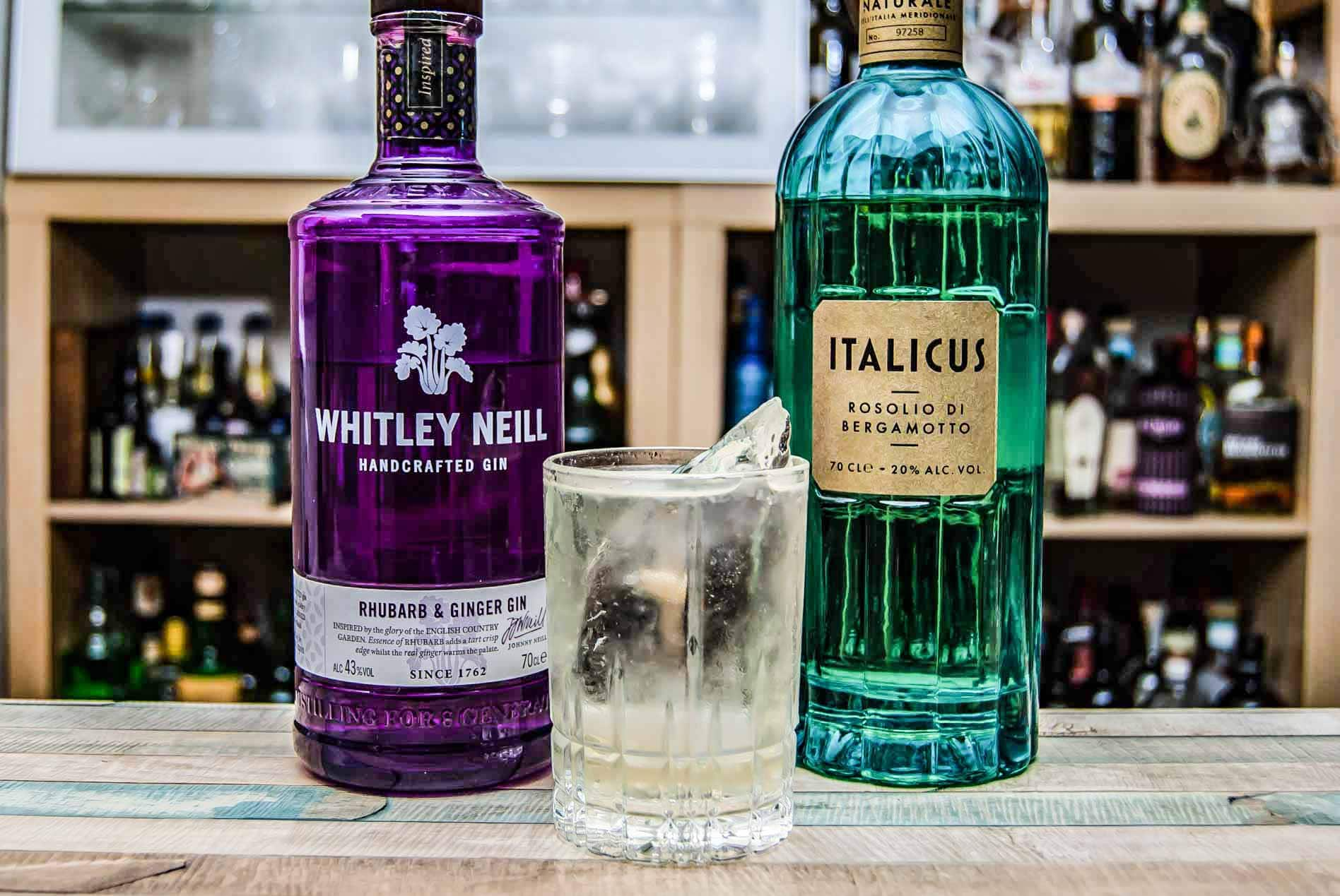 Der Dirtball mit Whitley Neill Rhubarb & Ginger Gin und Italicus, nach Art eines Dirty Martini.