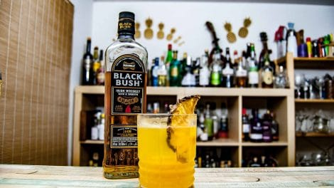 Bushmills Black Bush Irish Whiskey in einem Mangopine Cocktail mit Thomas Henry Mystic Mango.