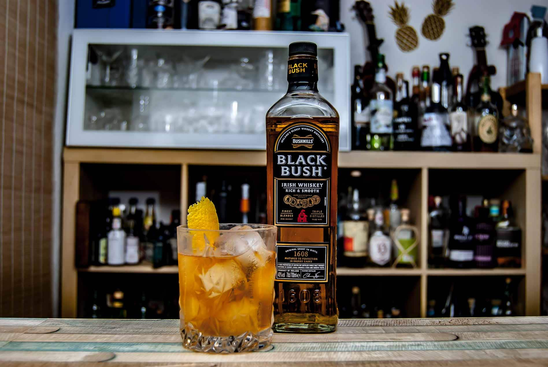 Bushmills Black Bush Irish Whiskey in einem Old Fashioned Cocktail.