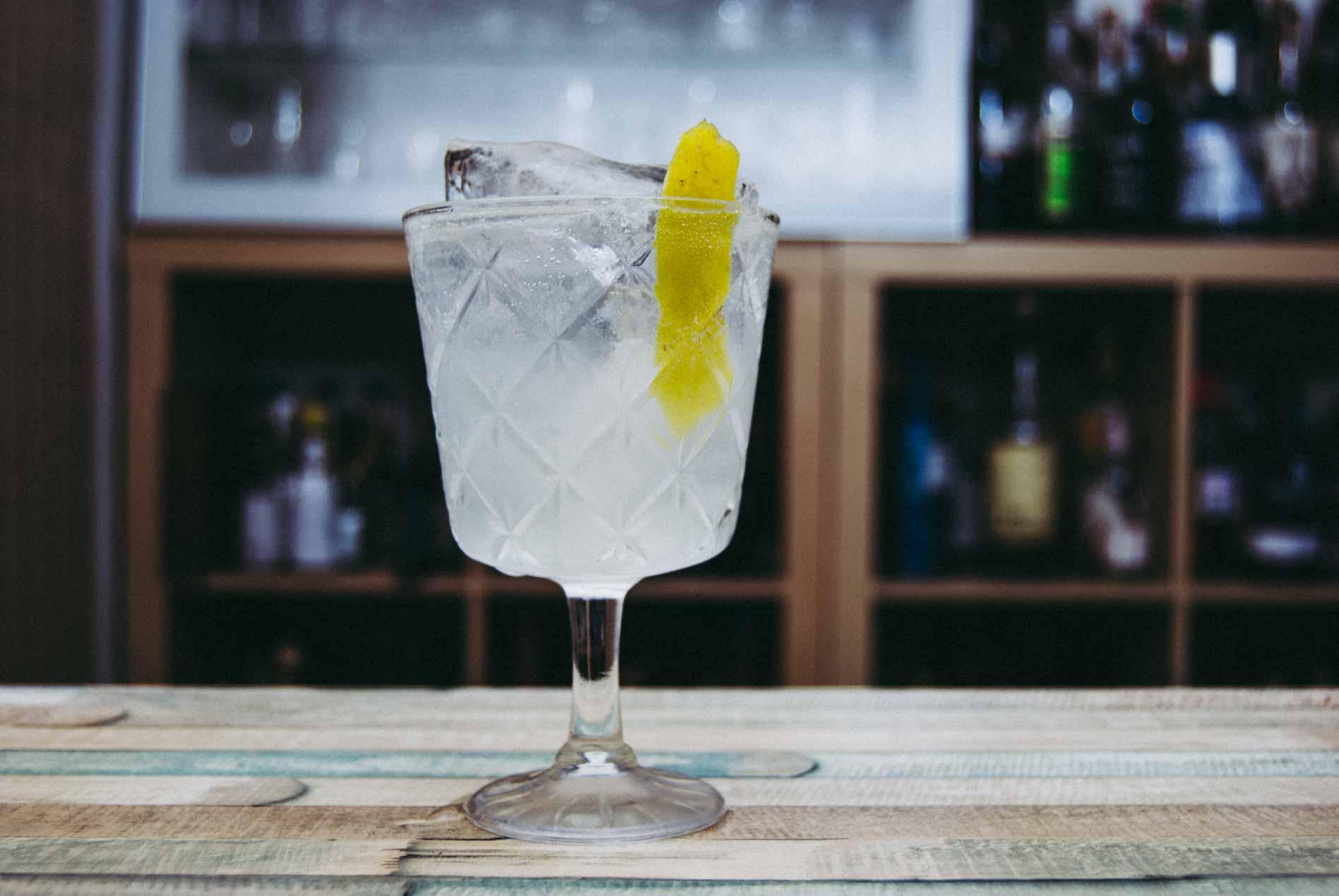 Ein klassischer Gin Fizz aus Gin, Wasser, Zucker, Zitrone.