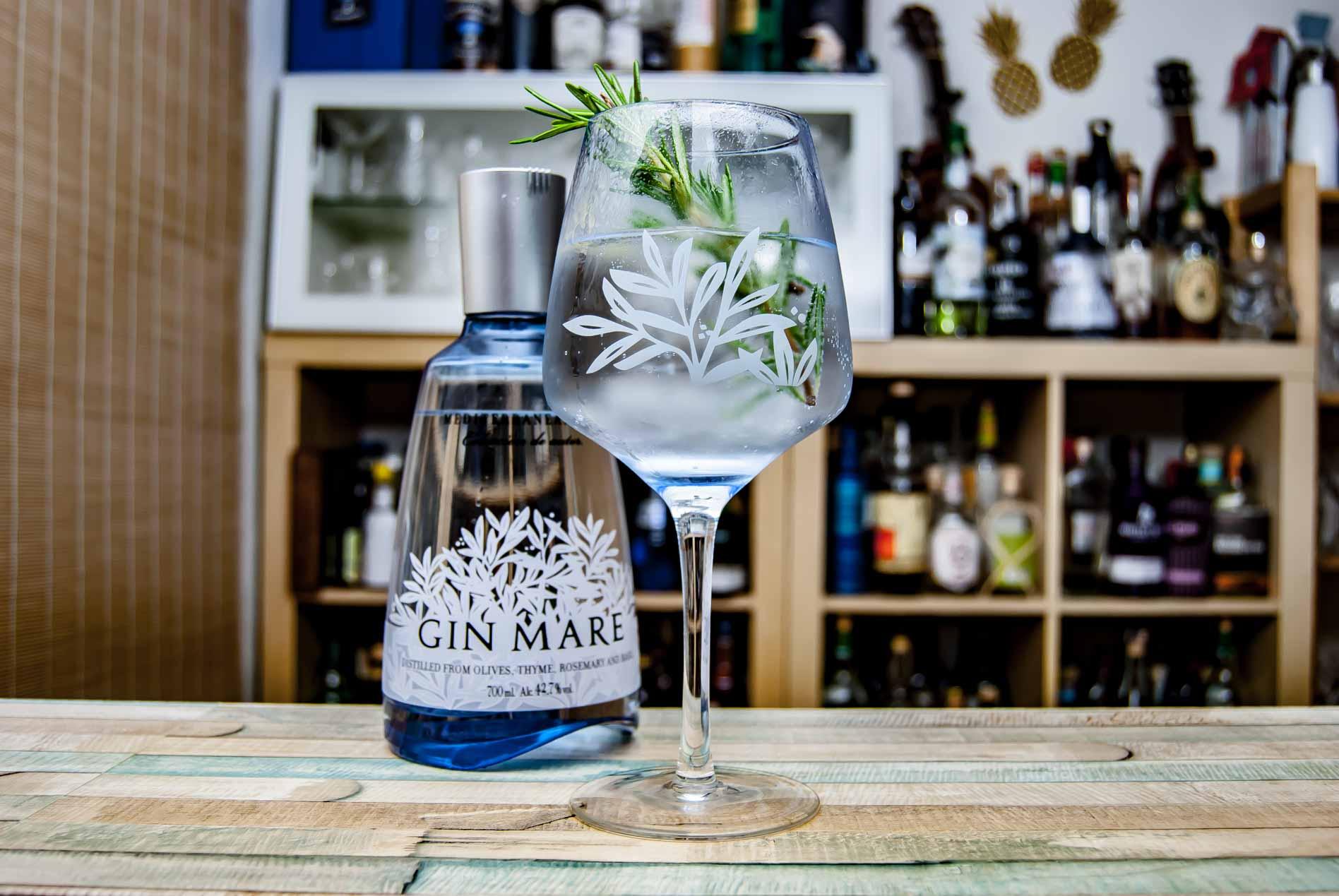 Eines unserer wiederkehrenden Highlights in Gin Tonic-Tests: Fever tree Mediterranean Tonic mit Gin Mare und einem Rosmarin-Zweig. Wer mag, gibt noch einen Tropfen Olivenöl drauf. Rockt.