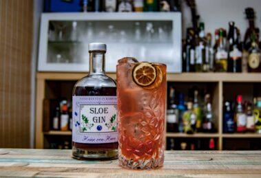 Von Have Sloe Gin in einem Sloe Gin Fizz mit Zuckersirup (nur ein Hauch), Limettensaft und Soda.