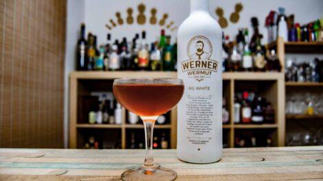 Werner Wermut Weiß in einem Kennedy Manhattan.