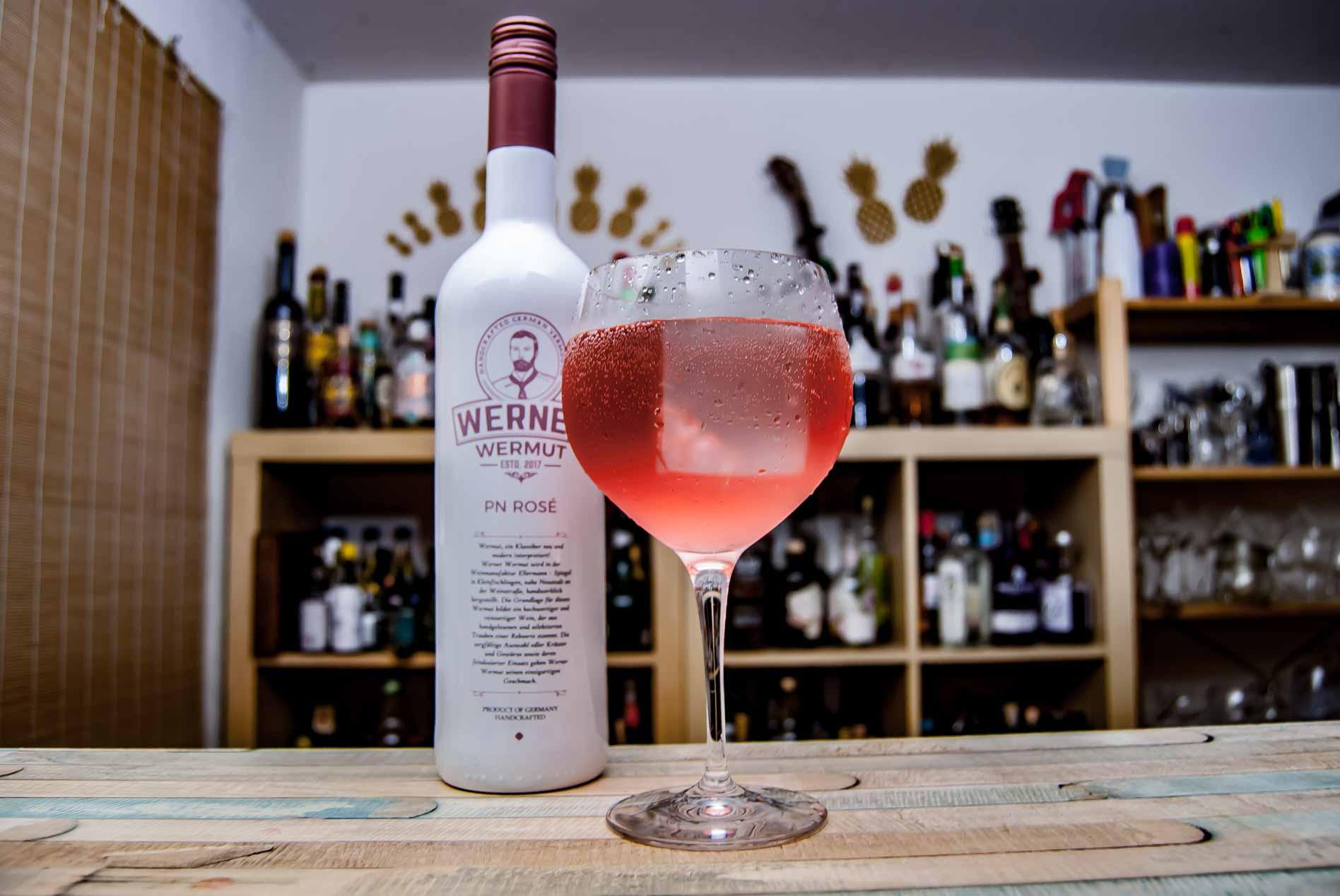 Werner Wermut Rosé in einem Vermouth & Tonic.