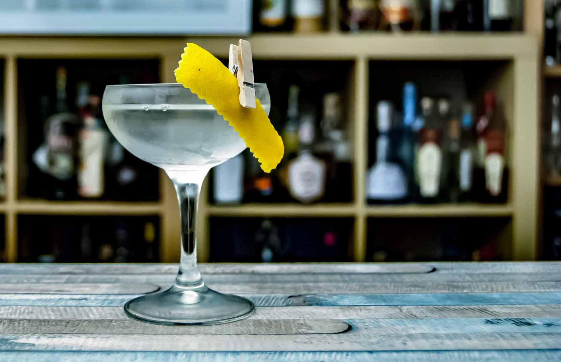 Ein trockener Martini mit Zitronenzeste.