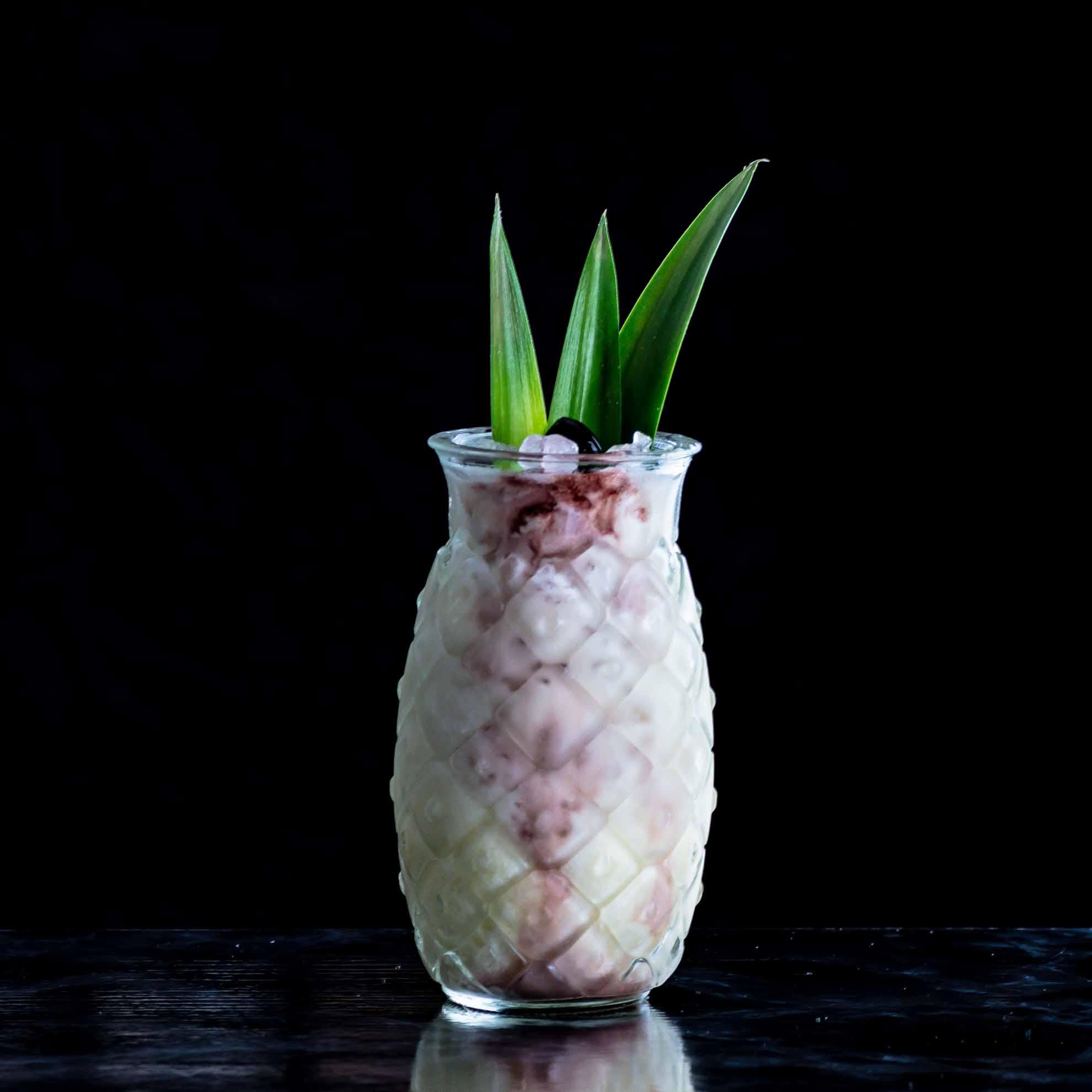 Ein saftige Cocktail-Kirsche als Garnitur kommt geschmacklich und optisch gut in der Pina Colada.
