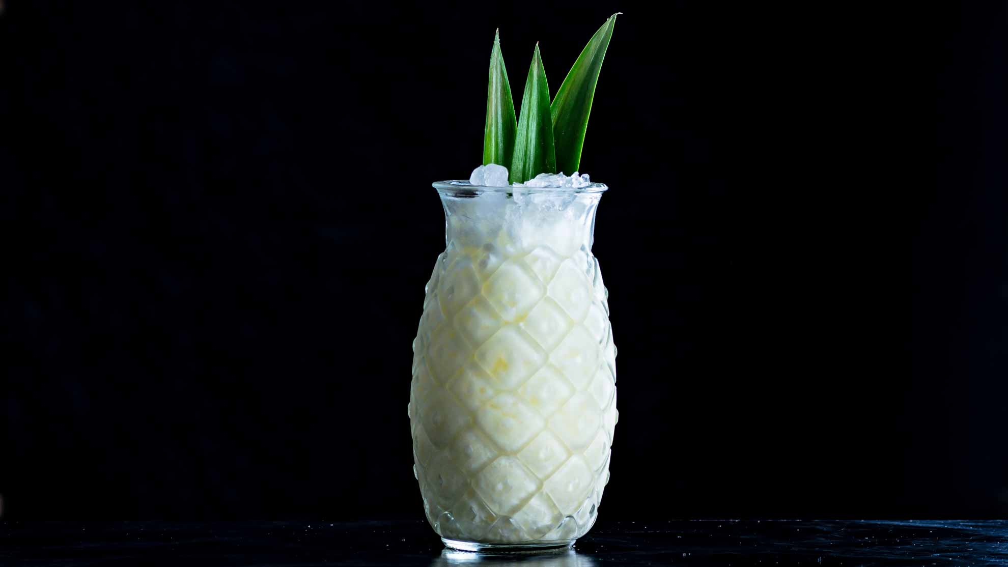 Eine Pina Colada mit Ananas, Sahne, Rum und Cream of Coconut.