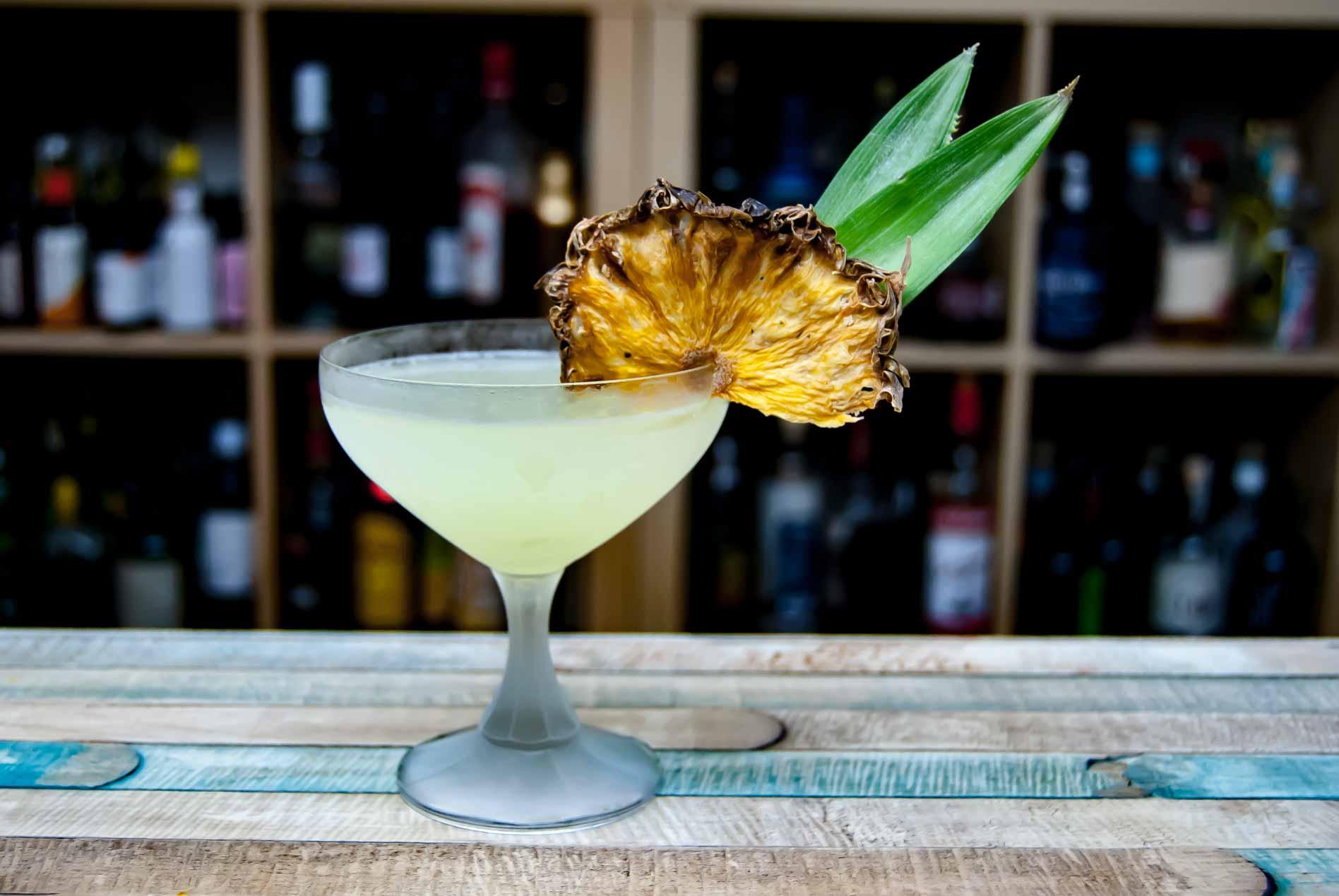 Je nachdem, wie intensiv die Ananas eingearbeitet wird, ist ein Pisco Punch entweder fast Daiquri-hell oder auch mal tiefgelb.