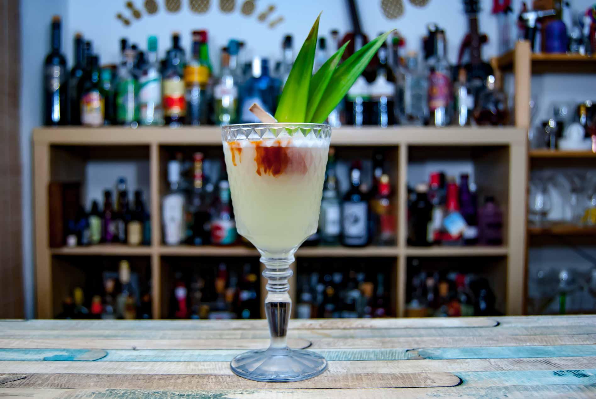 """Ein Pisco Punch Cocktail mit """"roter Tinktur""""."""