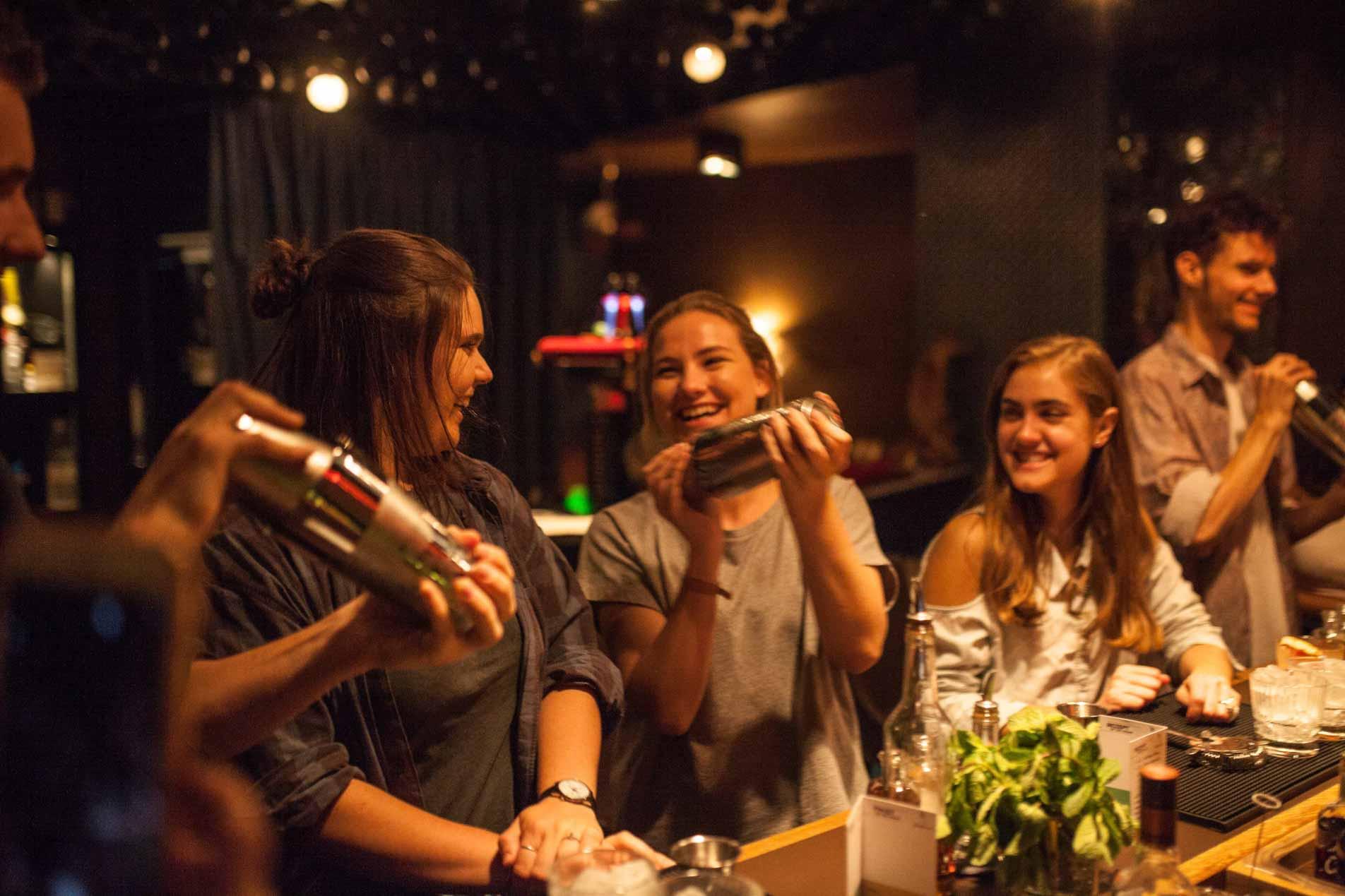 Ganz wichtig bei den ShakeNights, wie bei jedem Cocktailkurs: selber Hand anlegen.