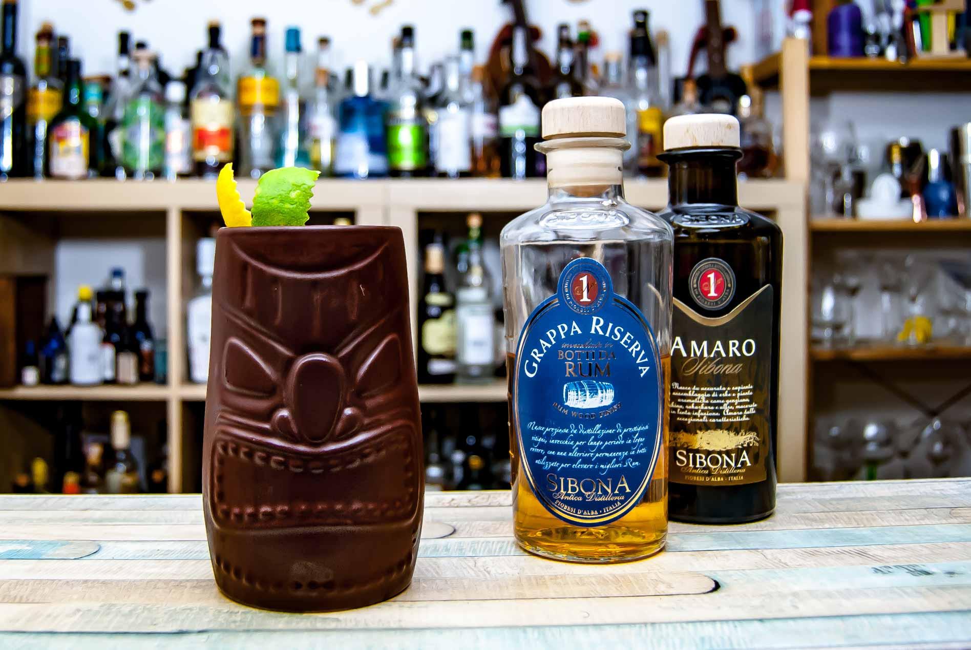Siboni Botti da Rum Grappa und Amaro im Piemontiki, einem aufwendigen Tiki-Cocktail auf Basis von Grappa.