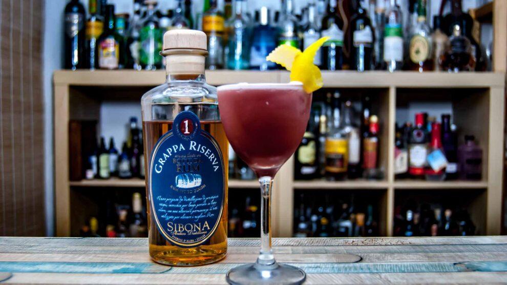Sibona Botti da Rum in einem Clover Club Cocktail.