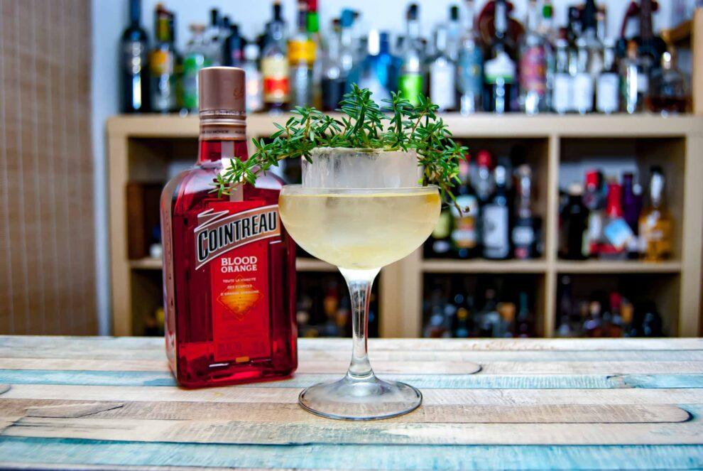 Cointreau Blood Orange in einem Twist auf den Chrysanthemum Cocktail.