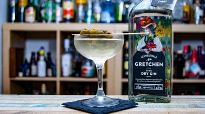 Gretchen Gin im Dirty Martini mit Oliven.
