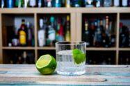 Ein Ti Punch ist ein nicht richtig kalt gerührtes Glas Schnaps mit Zucker und einer Scheibe Limette. Aber in voll gut.