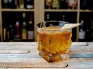 Der Don Lockwood vereint Bourbon, Islay Whiskey, Schokoladen- und Angosturabitters mit Ahornsirup.