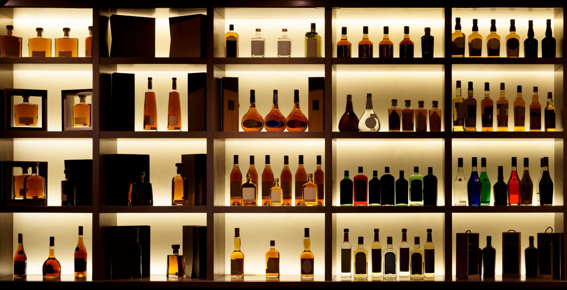 Eine Wand voller Spirituosen macht Eindruck - natürlich bleibt die Qualität eures Schnapses auch zu Hause das wichtigste Kriterium. Bildquelle: stock.adobe.com © Kondor83 # 136765621