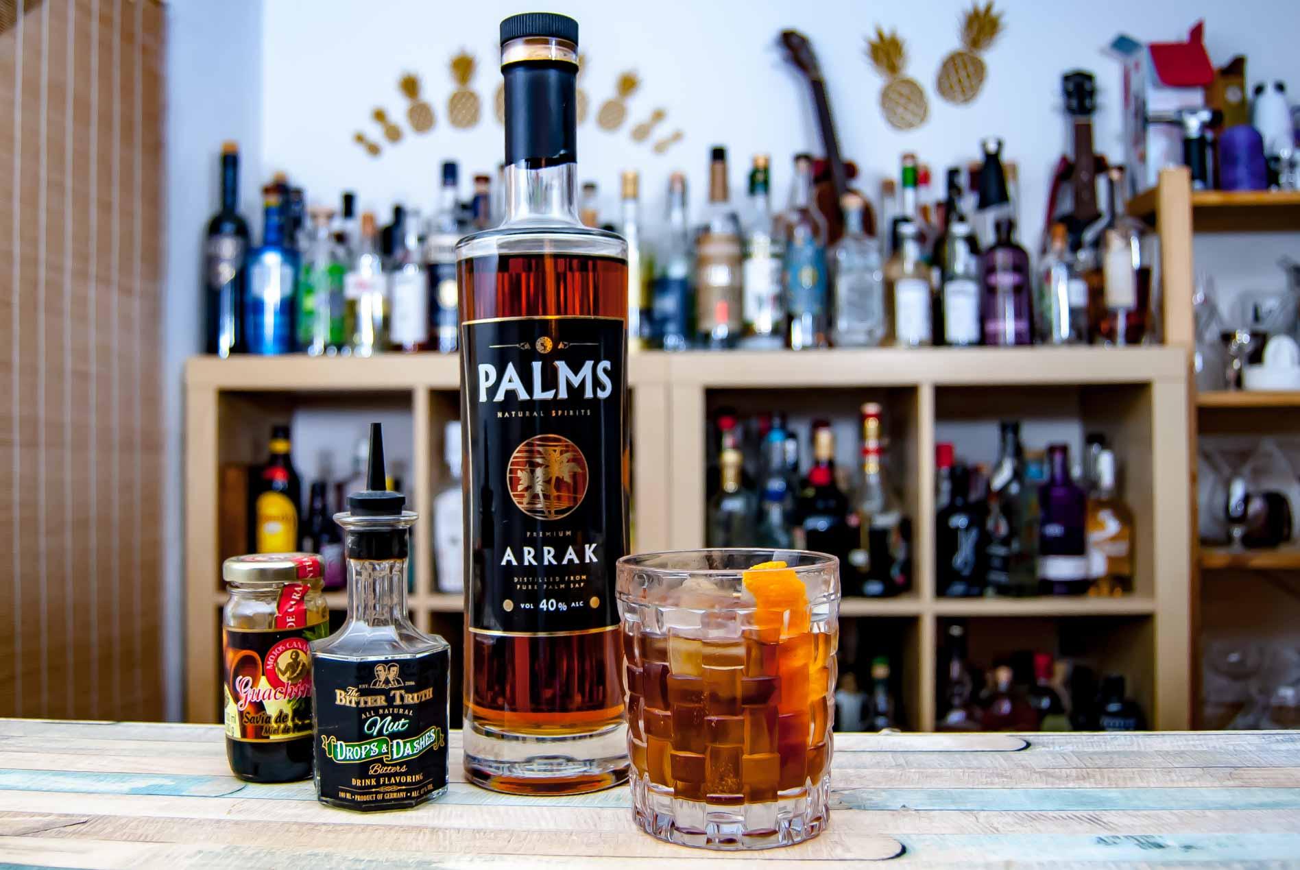 Palms Arrak im Old Fashioned mit Nuss-Bitters und Palmzucker.