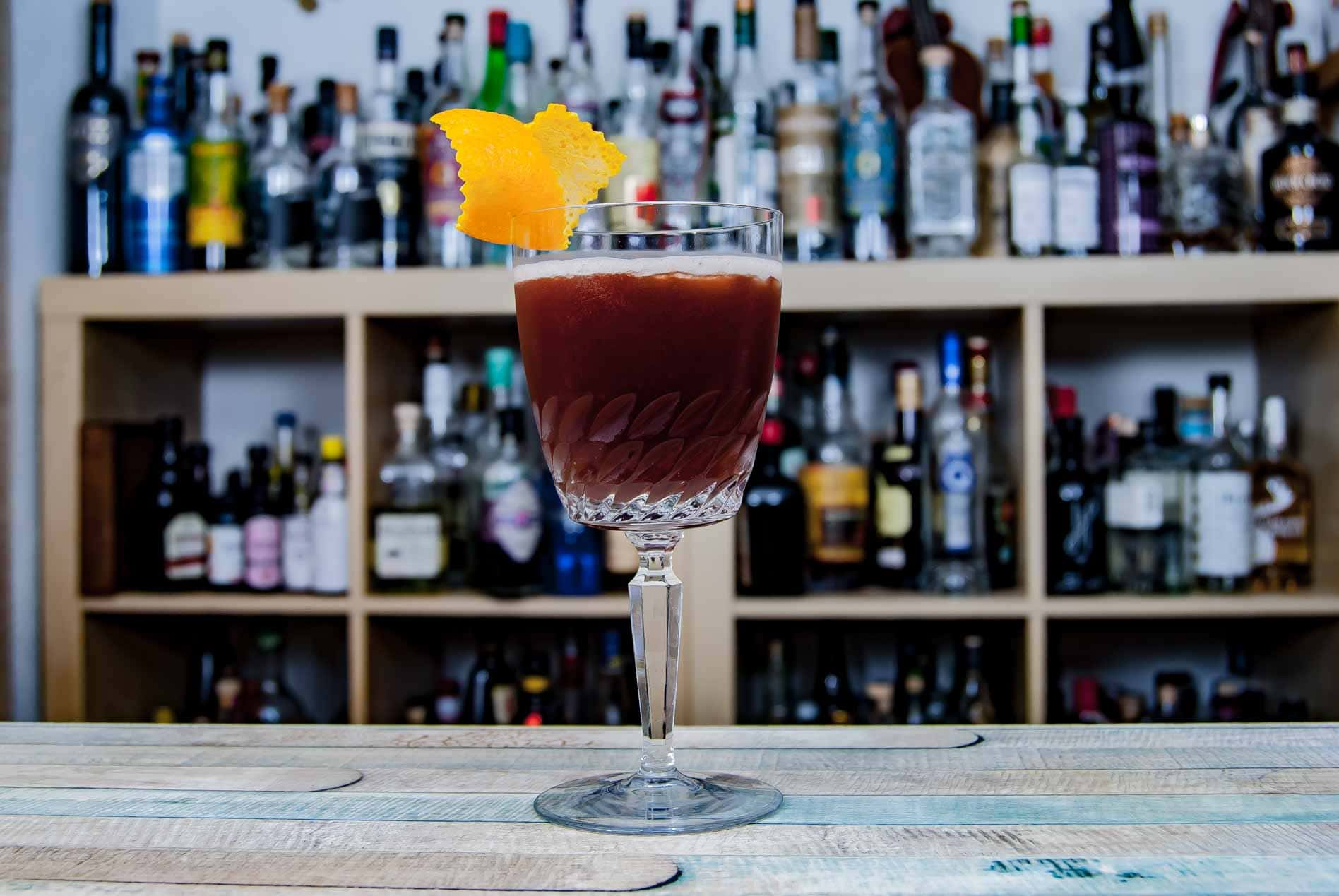 Der Blood and Sand-Cocktail wird mit schottischem Whisky, Orangensat, rotem Wermut und Kirschlikör gemixt.