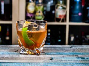Ein Corn 'N Oil-Cocktail aus Barbados Rum, Falernum, Bitters und Limette.
