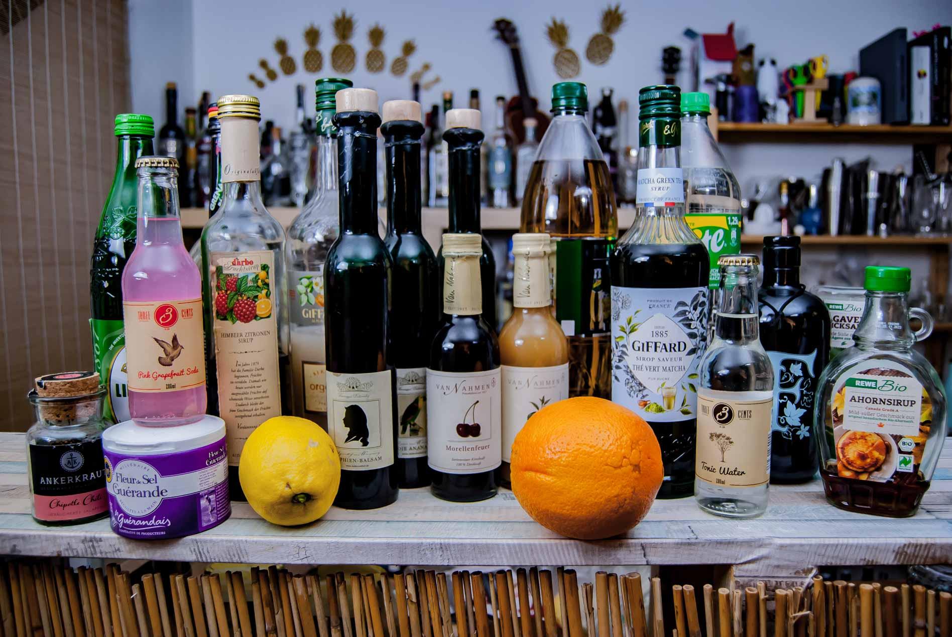 So sieht es aus, wenn wir mal alles auf die Bar stellen, aus dem wir aus dem Nichts einen alkoholfreien Drink mixen könnten.