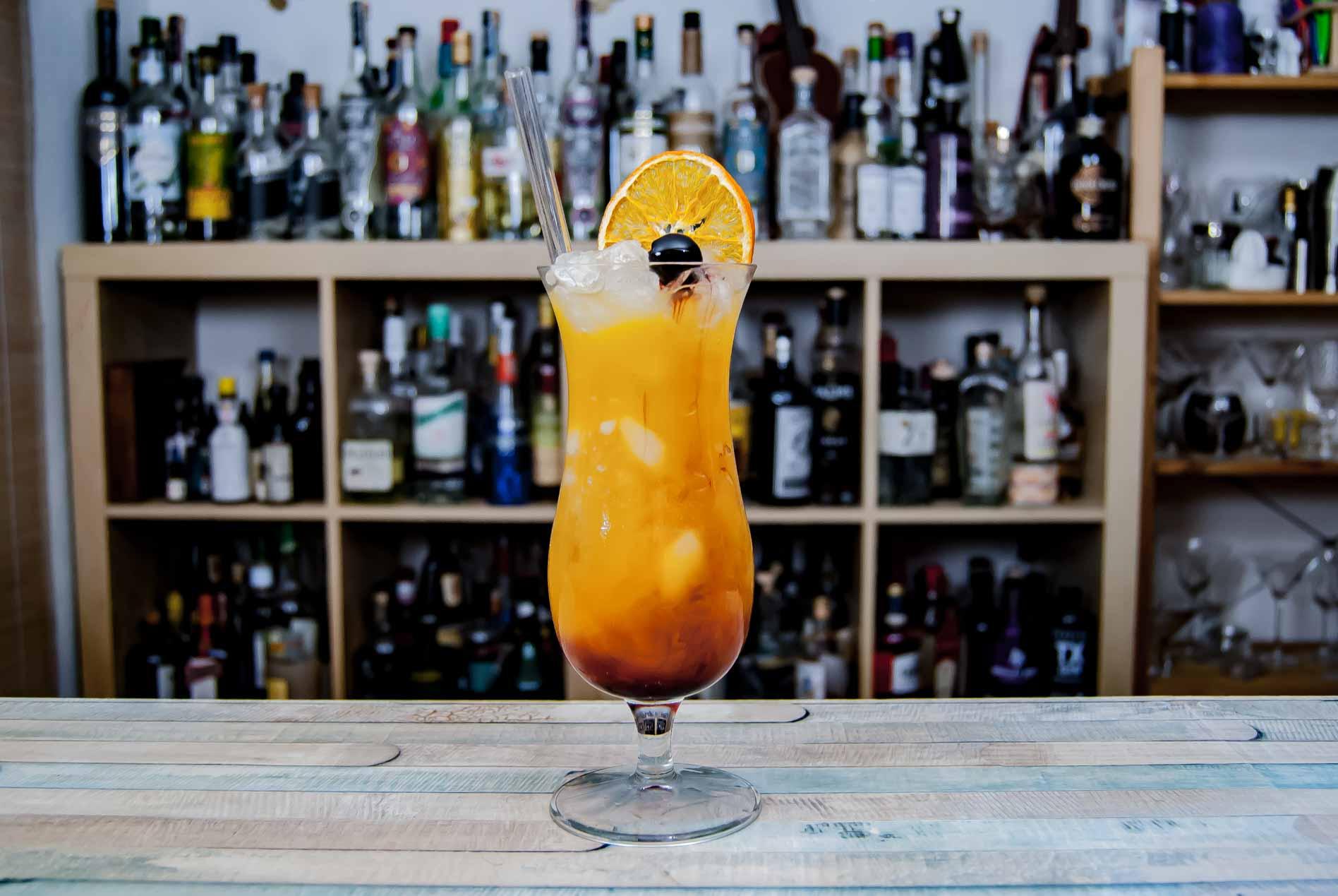 Der Hurricane, garniert mit getrockneter Orange und Amarena-Kirsche.