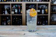 Ein John Collins wird im Gegensatz zum Tom Collins mit Genever oder Dry Gin statt Old Tom Gin gemixt.