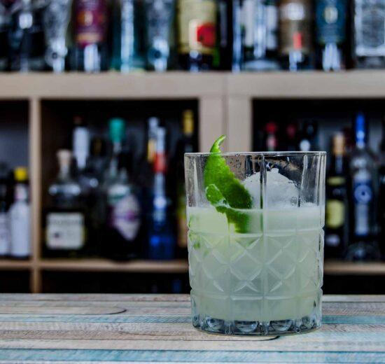 Tommy's Margarita mit Tequila, Limette und Agavendicksaft.