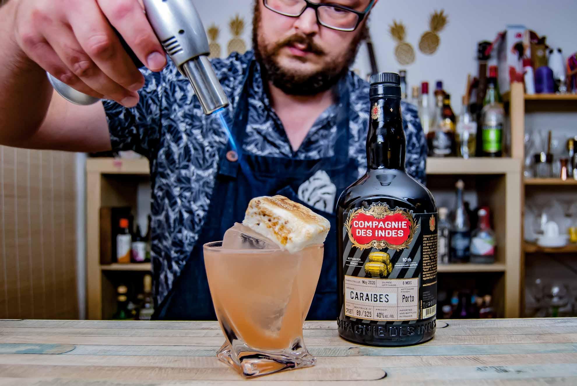 Gute Drinks, flambierte hausgemachte Marshmallows und hässliche Hemden: Willkommen auf Cocktailbart.de.