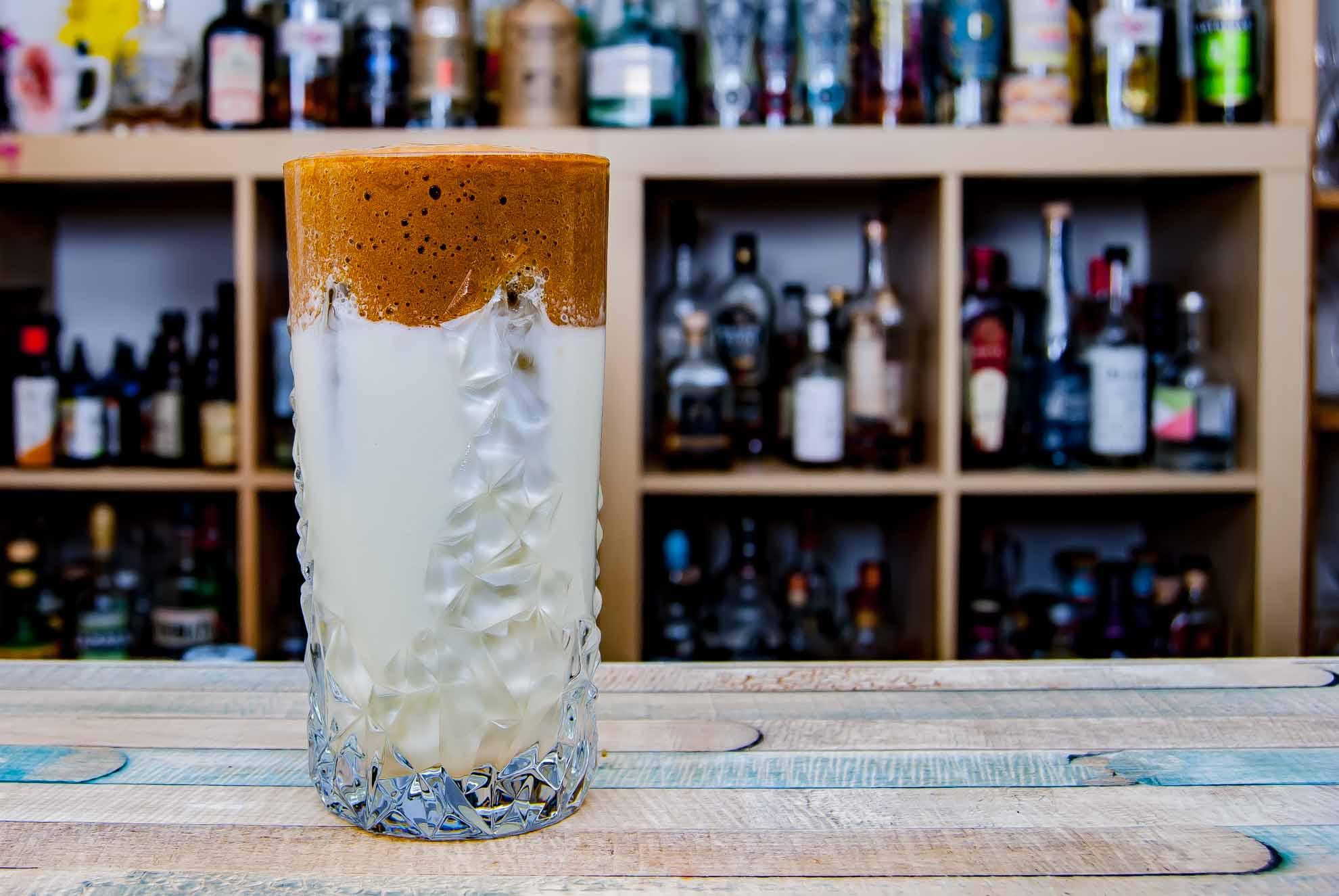 Schön näher dran - dafür war dieser Dalgona-Cocktail geschmacklich fast so schlimm wie das Original.