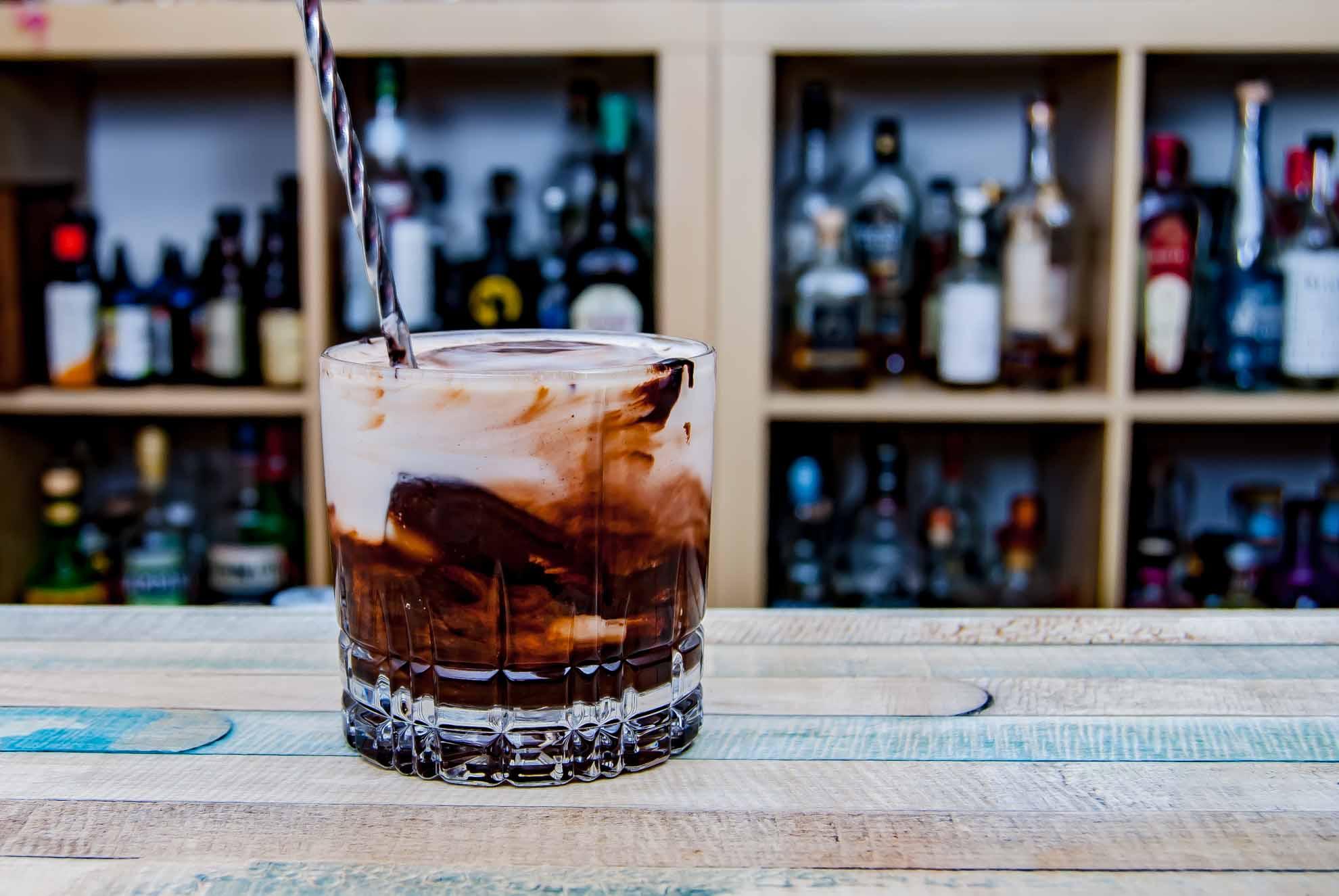 Unser erster Dalgona Coffee-Cocktailversuch war am Ende mehr ein White Russian-Kakao.