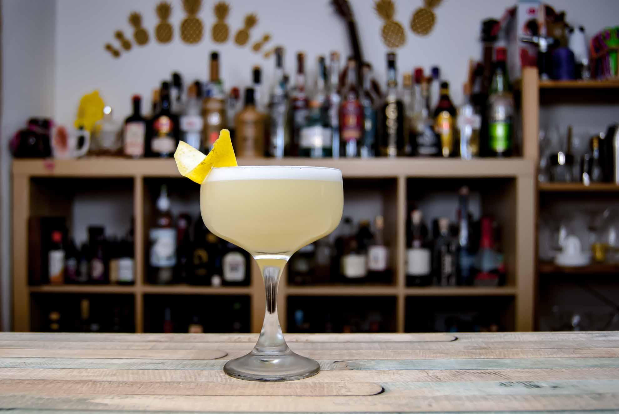 Die White Lady ist ein Cocktail aus Gin, Cointreau, Zuckersirup und Zitrone.