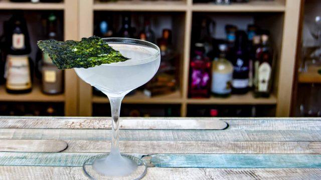 Ein Sake Martini mit Nori-Alge als Garnish.