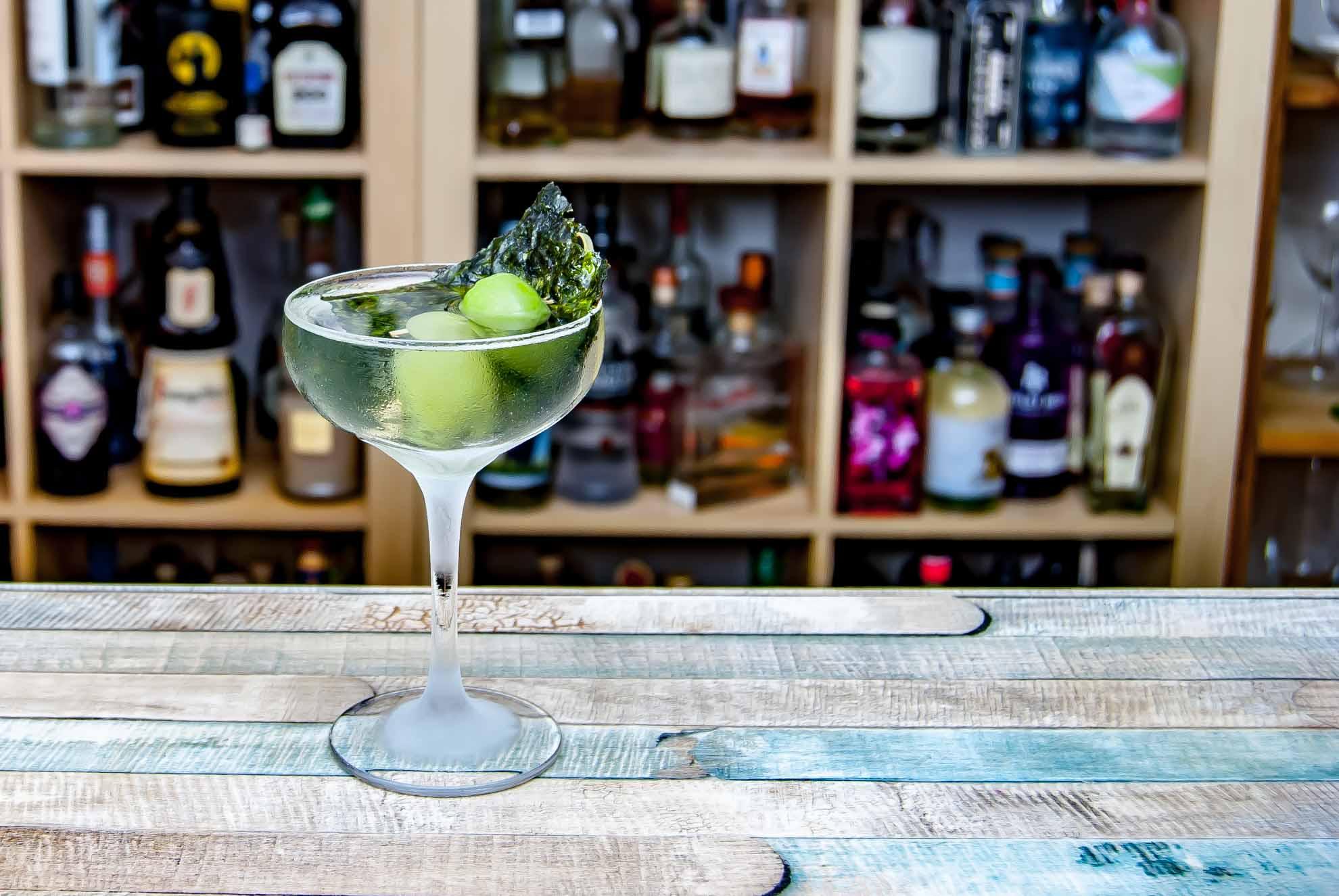 Ein Sake Martini mit Oliven und Nori-Alge - unsere bevorzugte Deko-Variante.