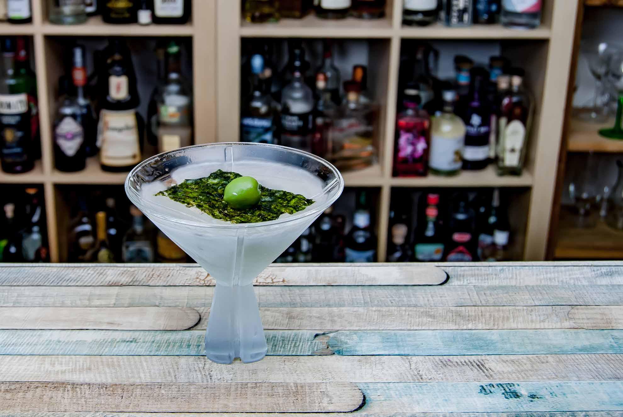 Ein Sake Martini mit einer Olive, die auf einem Nori-Boot schwimmt.