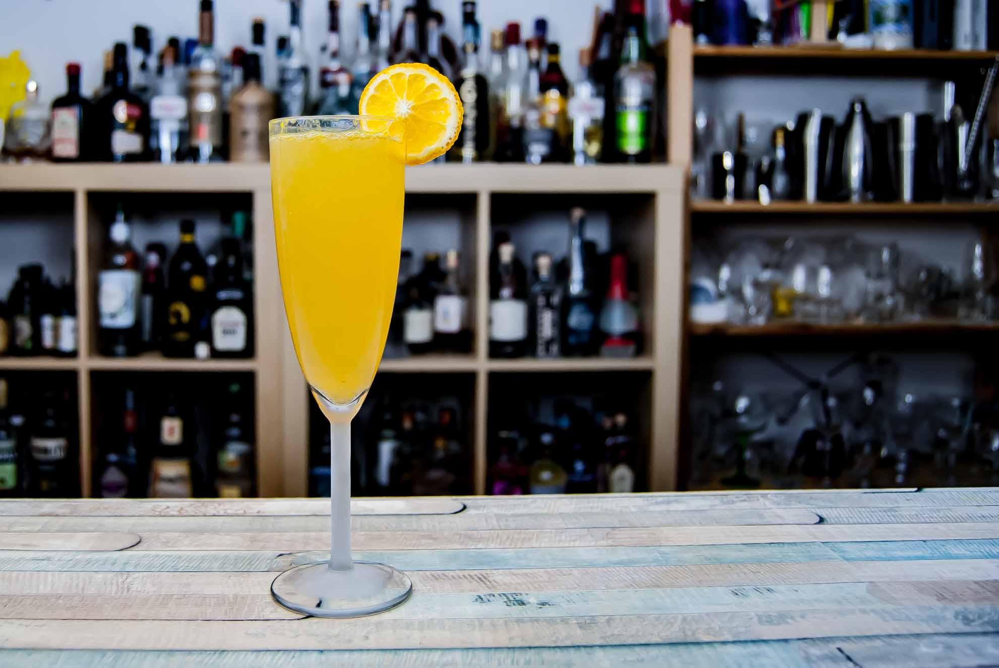 Ein Mimosa-Cocktail aus Orangensaft und Champagner.