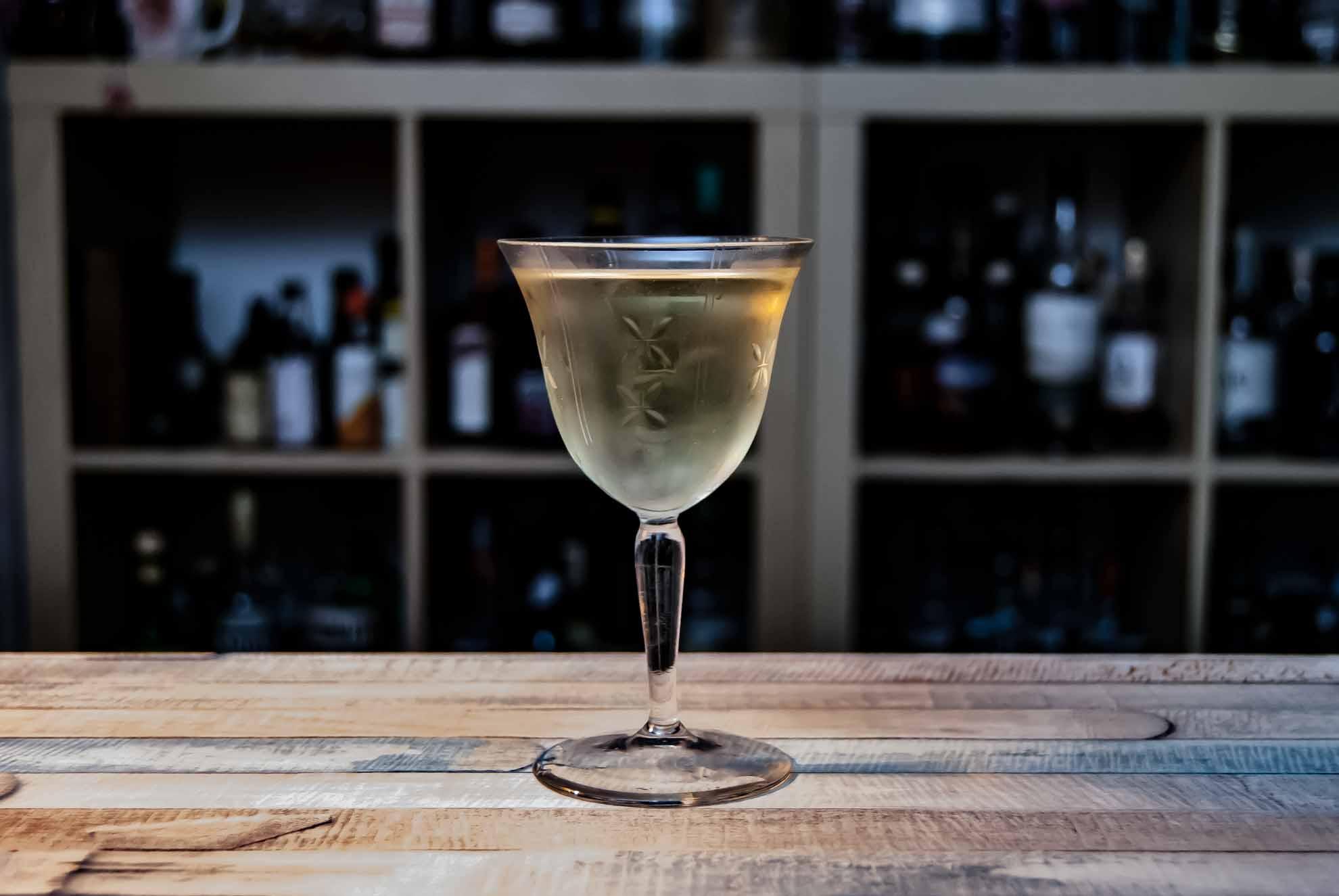 Ein Bamboo-Cocktail mit Fino Sherry und trockenem Wermut.